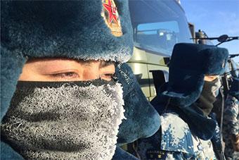 汽车兵的抗寒绝招:对讲机冻关机在胸口捂热