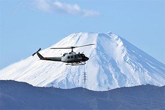 美军直升机在富士山下执行救援演练