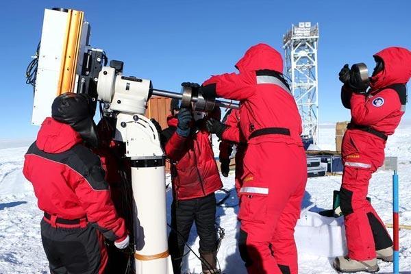 中国科考队员在昆仑站安装首台白昼天文观测设备