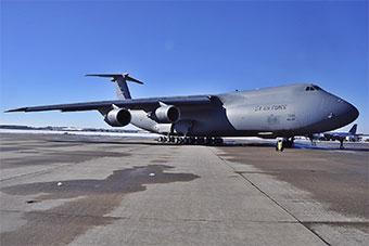 美军最大C5M运输机现身基地