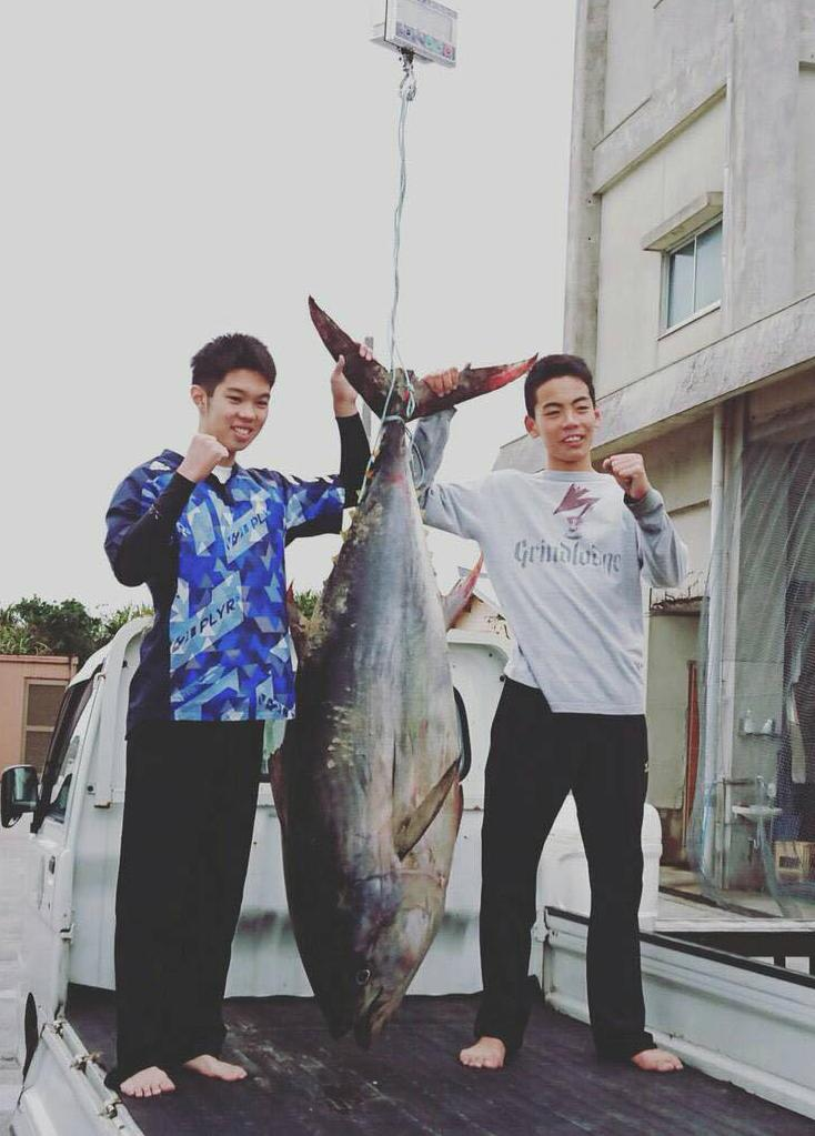 日本初中生徒手制服近2米大鱼扛到居酒屋烤着吃