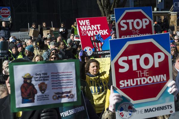 美国政府关门致80万人薪水拖欠 联邦员工包围白宫抗议