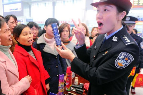 春运将至 南宁铁警站内为旅客讲解禁限带物品知识