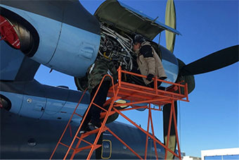 陕飞工程师在哈萨克斯坦冰天雪地中维护运8飞机