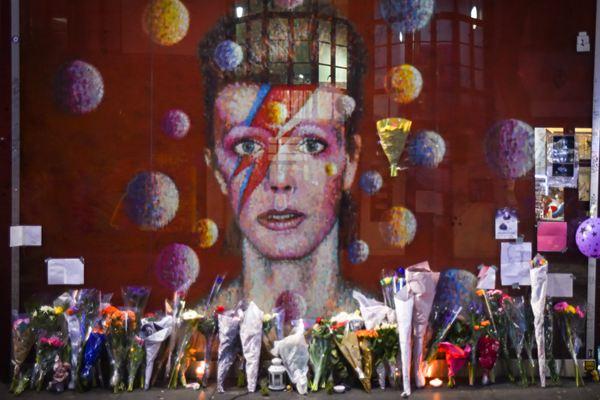 摇滚不死!伦敦街头现大卫·鲍伊巨幅照片 粉丝献花缅怀