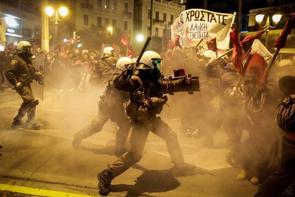 希腊民众街头抗议德国总理默克尔来访 与防暴警察激烈冲突