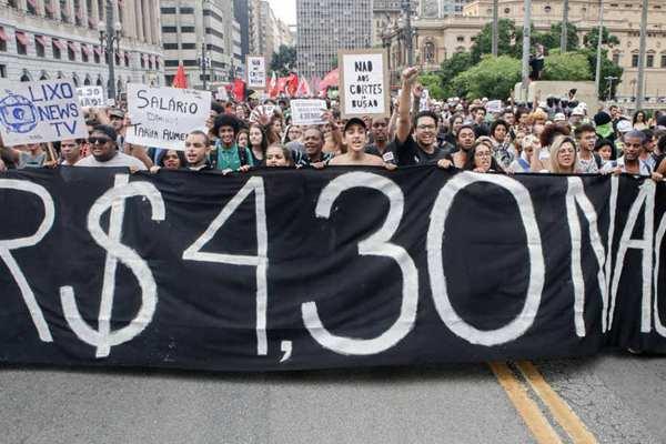 巴西圣保罗公交票价上涨惹争议! 发起抗议活动