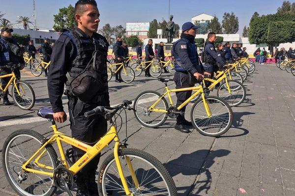 """墨西哥全国性闹""""油荒"""" 警察为省油骑自行车巡逻"""