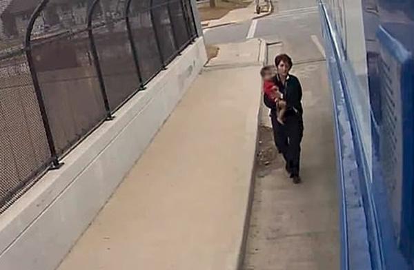 美公车司机高速路上停车救下蹒跚学步赤脚孩童