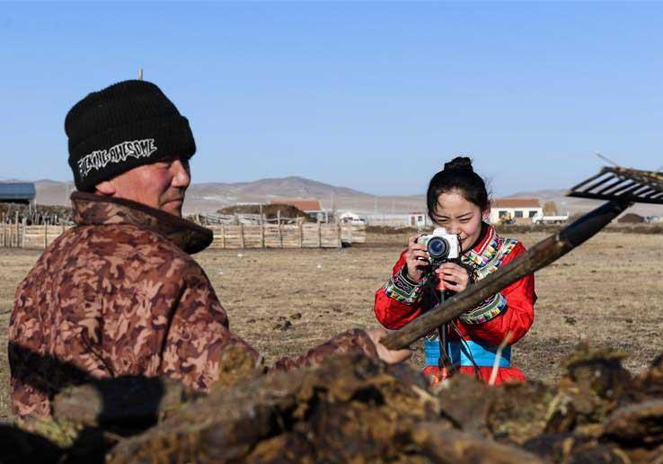 """蒙古族姑娘返乡创业 记录牧区生活成""""网红"""""""