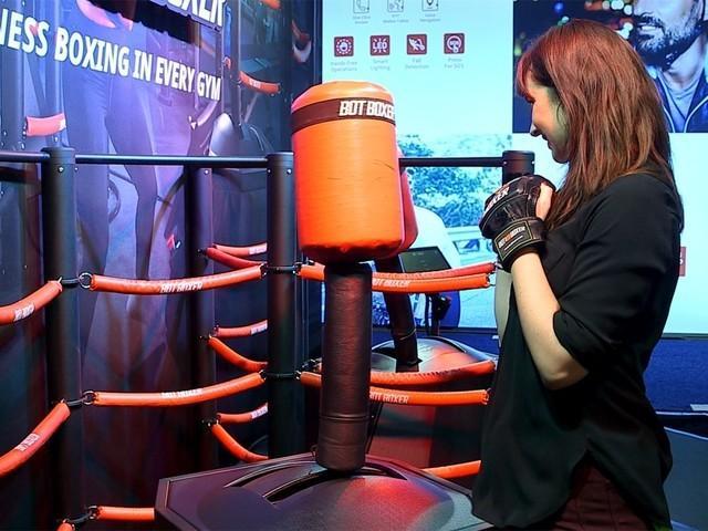 CES拳击机器人亮相 一般人不是它的对手