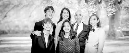 贝索斯与麦肯齐以及他们的四个子女