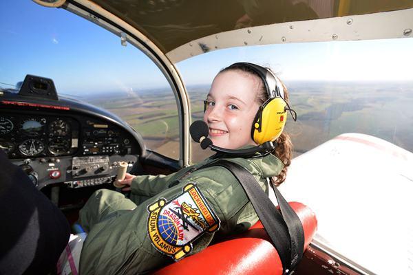 年轻无惧挑战!14岁女生成英国最年轻飞行员