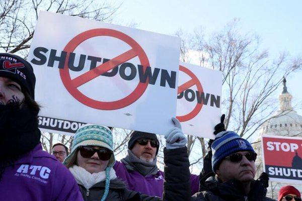 美国政府雇员举行集会 呼吁结束政府关门