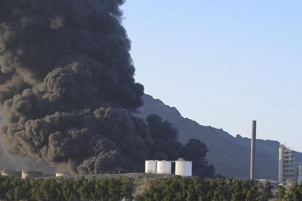 也门亚丁一炼油厂爆炸起火至少15人受伤