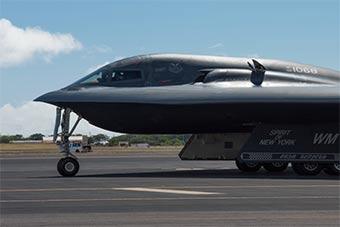 美国空军3架B-2隐形轰炸机抵达珍珠港