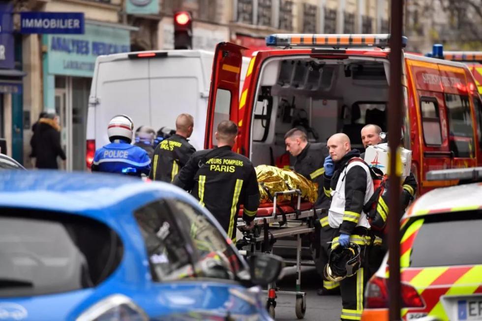 如何日赚100:马克龙:巴黎爆炸两名遇难消防员是英雄