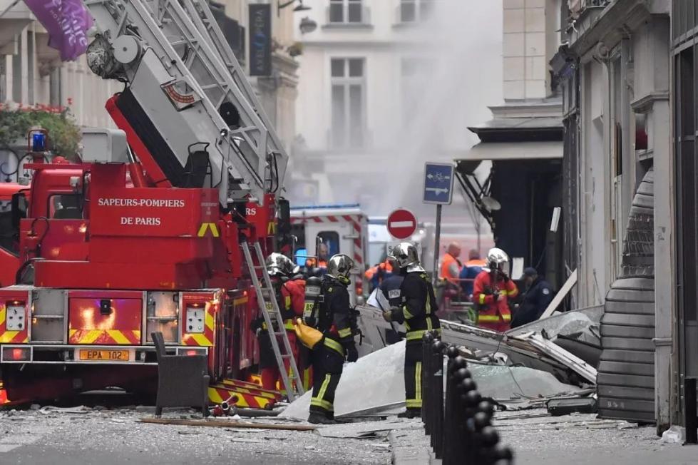 马克龙:巴黎爆炸两名遇难消防员是英雄