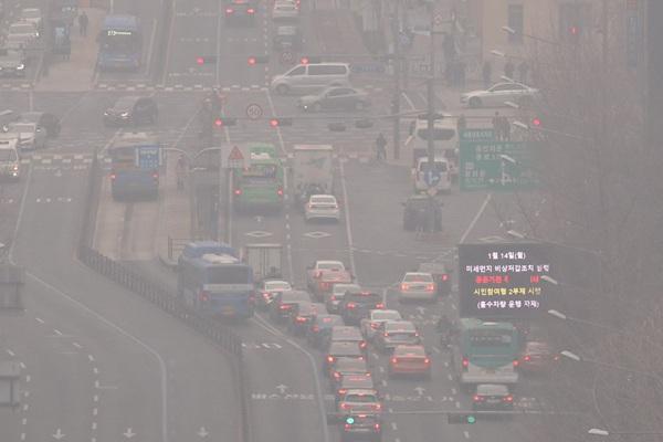 雾霾重压韩国 民众戴口罩出行