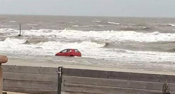 英海滩被困汽车获救援人员齐心协力解困