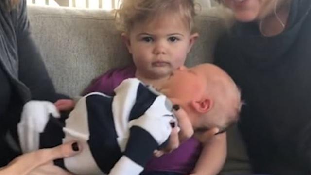 美幼儿第一次见到新生弟弟的反应令人捧腹