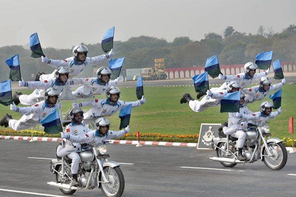 """印度士兵建军日带妆彩排   """"叠罗汉""""大秀逆天摩托车特技"""