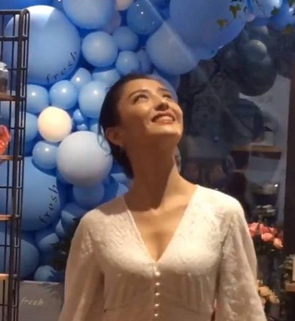 佟丽娅穿睡衣亮相,大玩失踪,网友:结过婚的就是不一般?