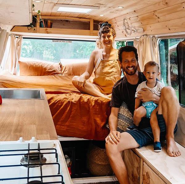 澳夫妇将旧巴士改造成房车 过上向往的旅居生活
