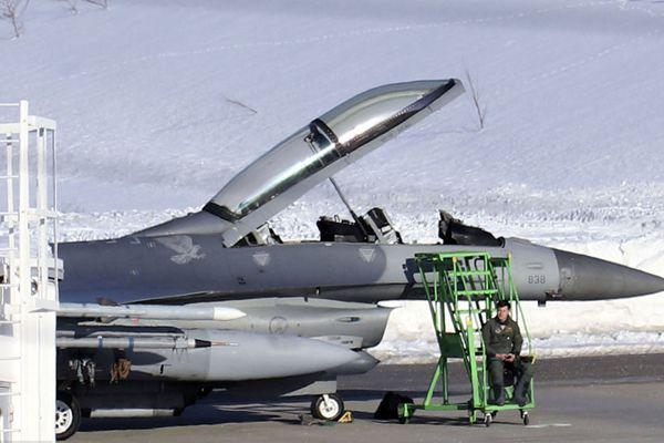 美军F16战斗机在日本青森机场紧急降落