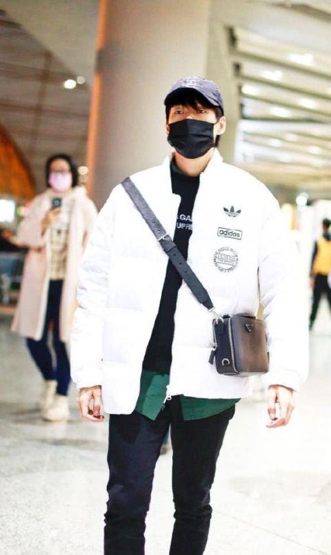 """魏大勋身穿白色羽绒服现身机场,低调出行变身软萌""""大白"""""""