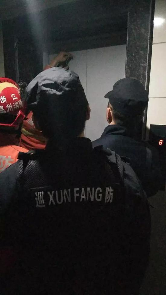 两名小朋友意外被困电梯 上演教科书式自救