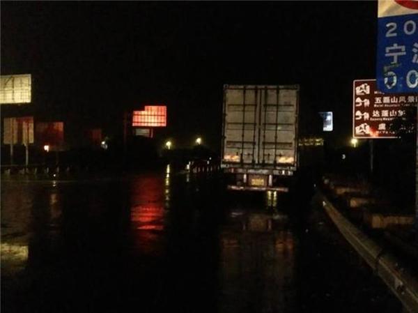 """浙江一小轿车司机雨夜在高速公路""""斗气"""",试图逼停大货车"""