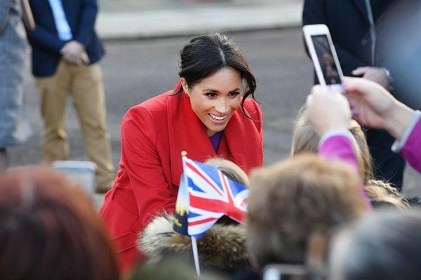 哈里王子偕孕妻到访地方 梅根一袭红色大衣喜气洋洋