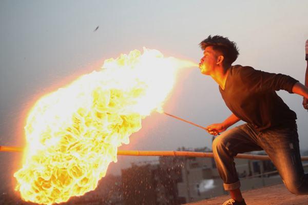 火力散发!孟加拉国达卡民众喷火和放烟花庆祝夏雨节