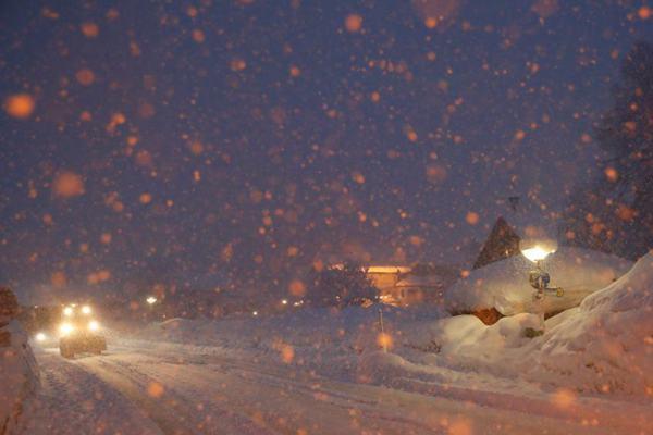 欧洲多国遭暴雪袭击 奥地利公交车站被积雪掩埋