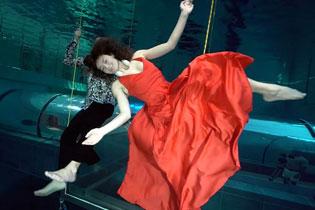 两演员水下屏气3分半表演双人舞 破吉尼斯纪录