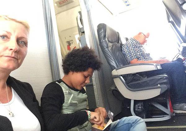 """英国一家人乘飞机遭遇座位""""不翼而飞"""" 被迫坐地上"""