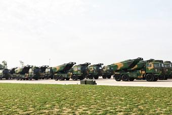 老挝建军节阅兵彩排:放眼望去一整排中国火箭炮
