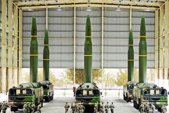 外形酷似巨大子弹:火箭军同时亮出6枚东风16