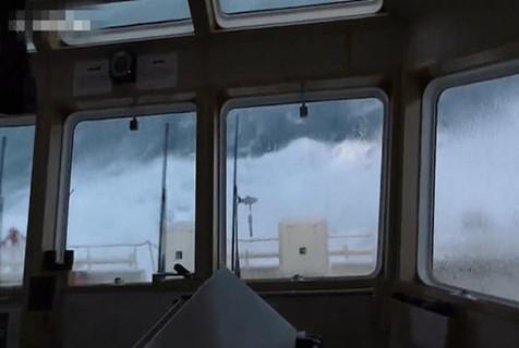 英救援船暴风雨中航行遇巨浪 船长淡定掌舵