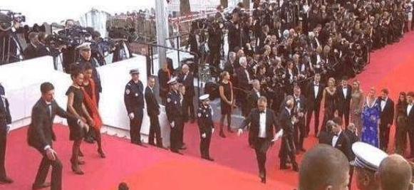 泰国女星走戛纳红毯自带工作人员拉裙子网友:比摔倒还尴尬