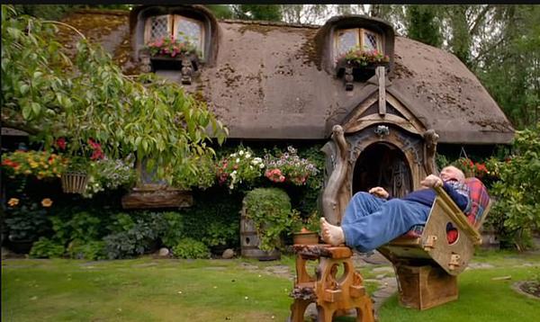 美轮美奂!英老人将自家牛棚改造成霍比特人之家