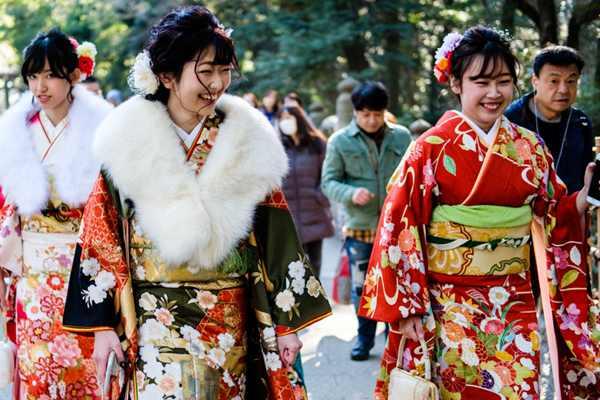 笑靥如花!日本明治神宫举行成人礼 年轻女孩身穿和服拍照