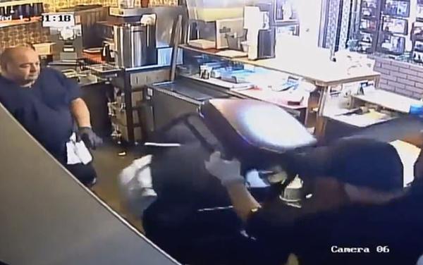大快人心!美餐厅员工携顾客成功制服入室劫匪
