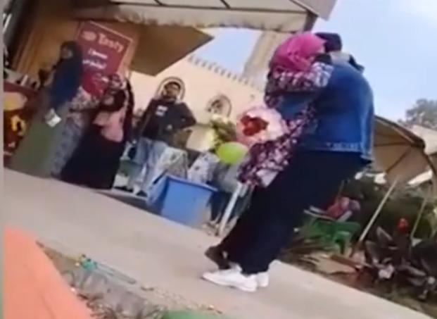 奇葩!埃及女大学生因拥抱求婚男子被学校开除