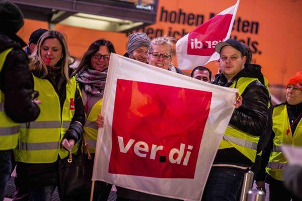 德国慕尼黑机场员工举行罢工活动 要求工资每小时20欧元
