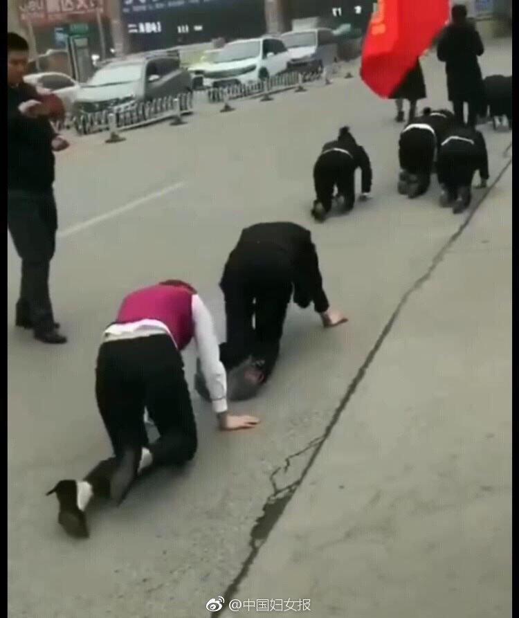 多名女员工街头集体跪地爬行 警方:商家为吸引眼球