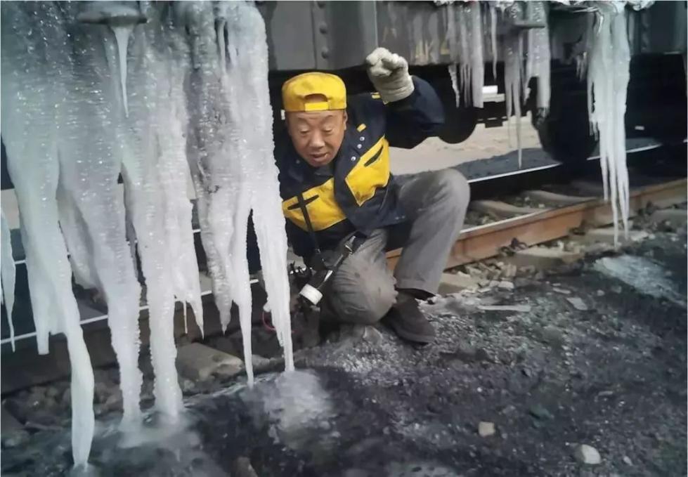 来!一起去看火车下的冰帘洞!