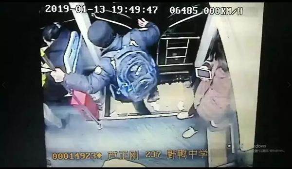 贵阳一公交司机遭醉汉殴打、乘客上前制服:打人者已刑拘