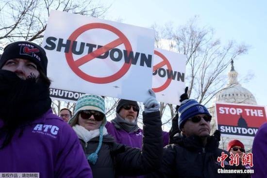 据美媒报道,当地时间1月12日,美国联邦政府部分关门进入第22天,打破了美国政府关门时间最长的纪录。而迄今为止,美国总统特朗普与国会民主党人之间就边境墙的分歧,还没有任何有望达成协议的迹象。图为当地时间1月10日,美国联邦空中交通管制员工会成员在国会大夏前集会要求结束政府关门的状态。